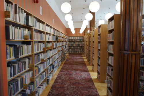 Wypożyczalnia nr 16 widok na regały z książkami