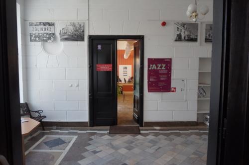 Wypożyczalnia nr 16 widok na wejście główne z holu