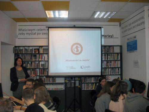 Czytelnia Naukowa nr 16 spotkanie dla grupy szkolnej z cyklu Tydzień z Internetem