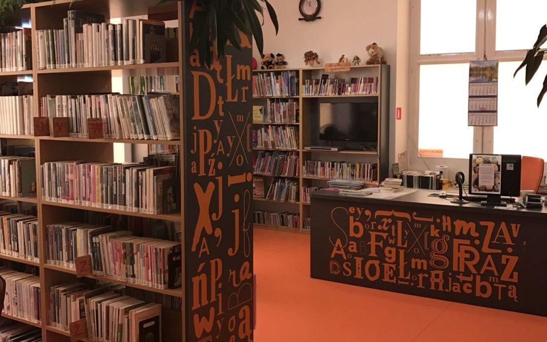 Biblioteka dla dzieci nr 20 widok w środku na ladę biblioteczną i regały