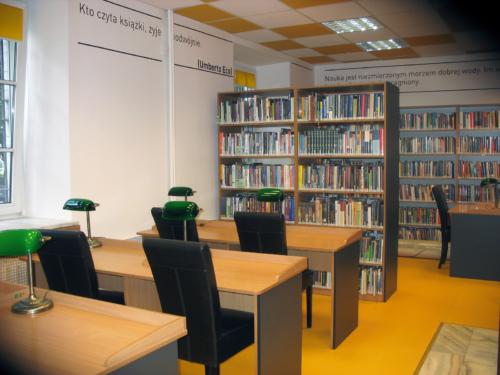 Czytelnia Naukowa nr 16 widok w środku na główną salę - regały z książkami oraz miejsca dla czytelników