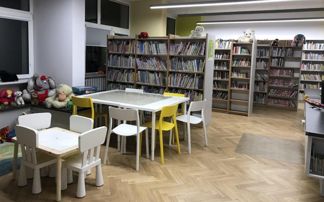 Biblioteka dla Dzieci nr 15 widok na stoliki do odrabiania lekcji i regały z książkami