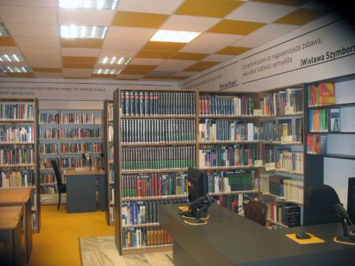 Czytelnia Naukowa nr 16 widok w środku widok na salę główną - ladę biblioteczną oraz regały