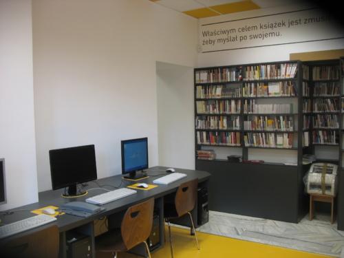 Czytelnia Naukowa nr 16 widok w środku na stanowiska komputerowe dla czytelników, w tle regał z audiobookami