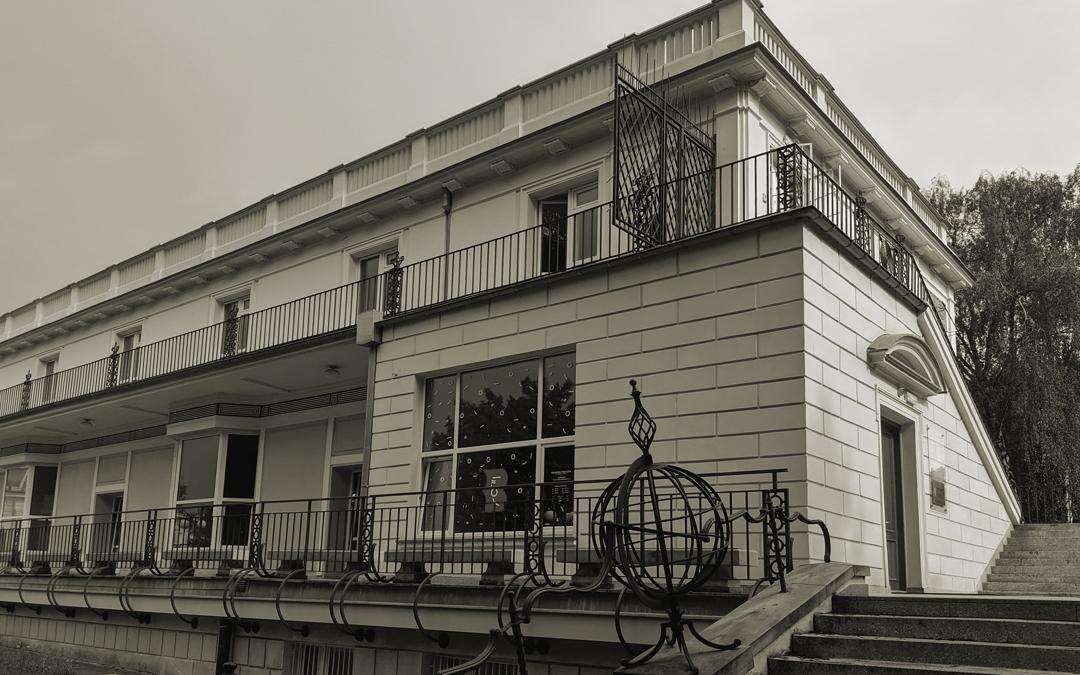 Budynek biblioteki nr 16 wersja czarno biała