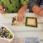 uczestnicy warsztatów obrazki z mozaiki wykonują swoje prace