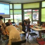 warsztaty etnograficzne - uczestnicy podczas wykonywania własnej zabawki
