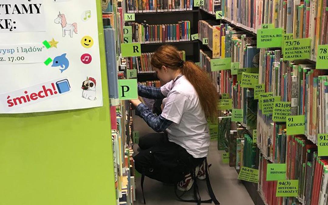 Wolontariuszka podczas prac bibliotecnych