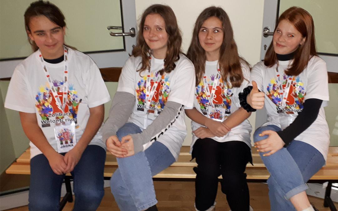 Wolontariusze z Biblioteki pomagający podczas Konkursu Recytatorskiego