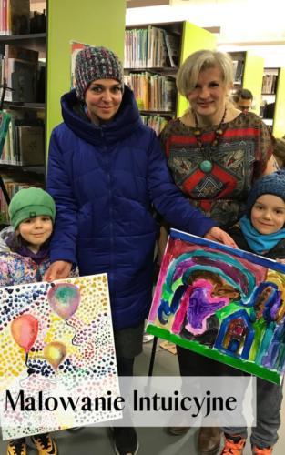 Dzieci ze swoimi obrazami namalowanymi podczas warsztatów