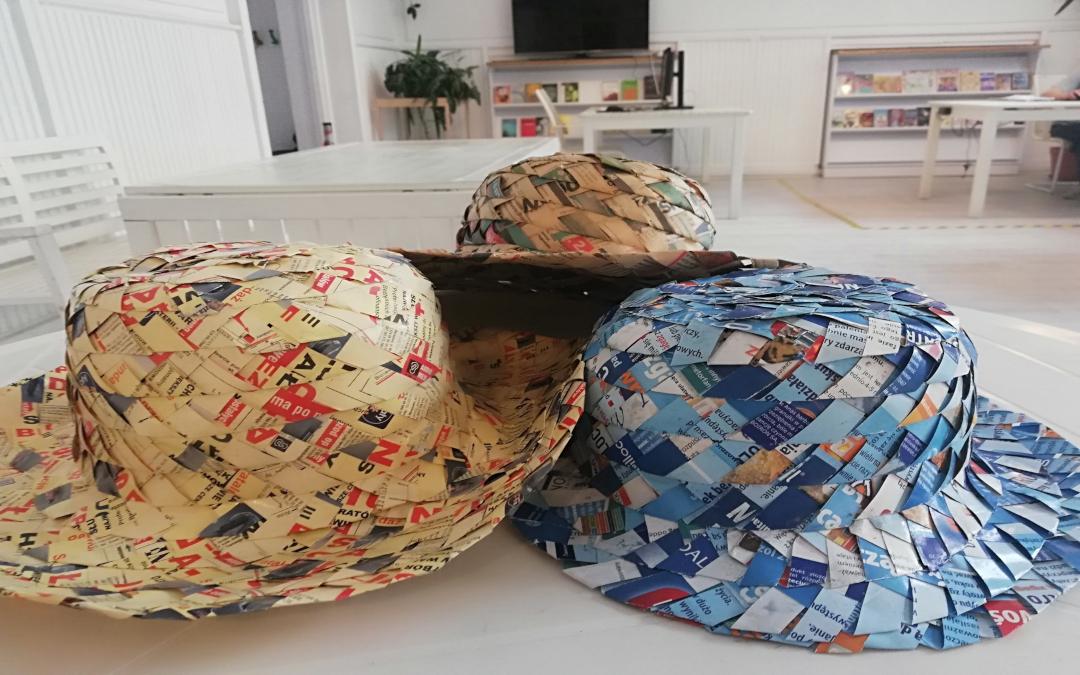 Na pierwszym planie trzy papierowe kapelusze