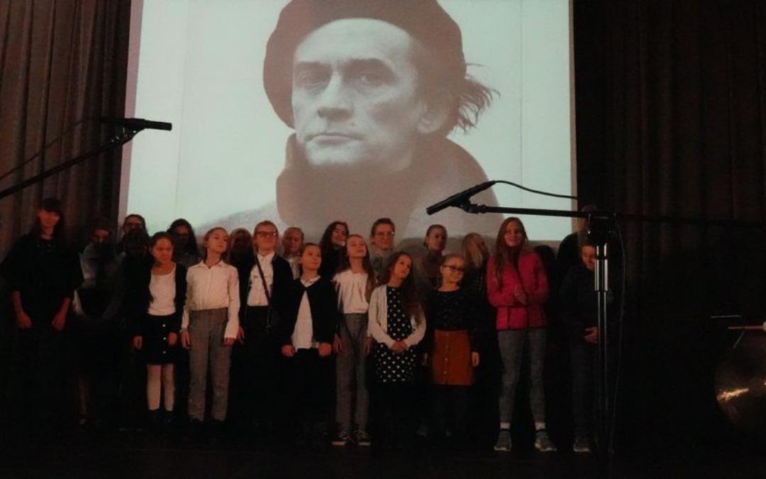 zdjęcie grupowe laureatów II konkursu recytatorskiego im. Jerzego Ficowskiego