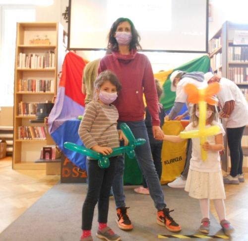 noc bibliotek - kuferek z zagadkami i zwierzątka z balonów