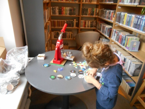 noc bibliotek - własnoręcznie robione przypinki i magnesy - uczestnicy przy pracy