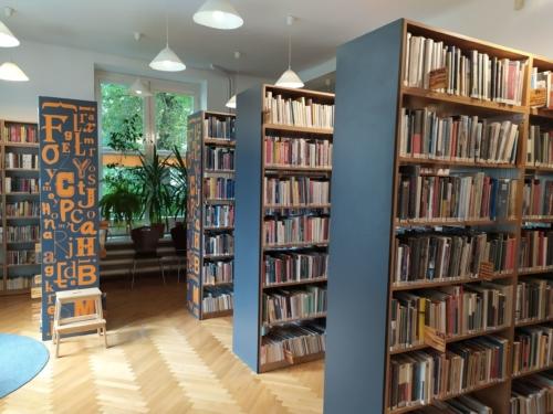 Wypożyczalnia nr 13 widok w środku na księgozbiór