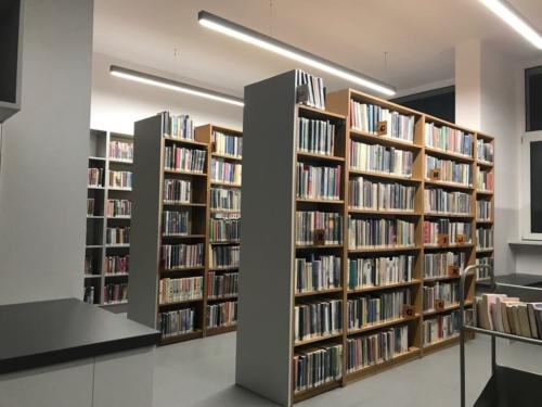 Wypożyczalnia nr 138 widok w środku na regały z książkami
