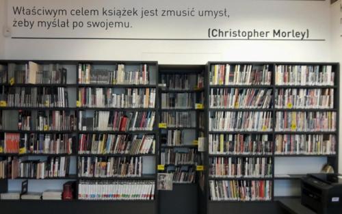 Czytelnia Naukowa nr 16 widok w środku na regały z audiobookami
