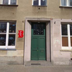 Wejście główne do placówek biblioteki znajdujących się przy ulicy Śmiałej 24.