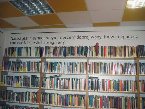 Czytelnia Naukowa nr 16 widok w środku na regały z książkami