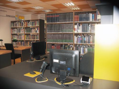 Czytelnia Naukowa nr 16 widok w środku na ladę biblioteczną, w tle regały z książkami
