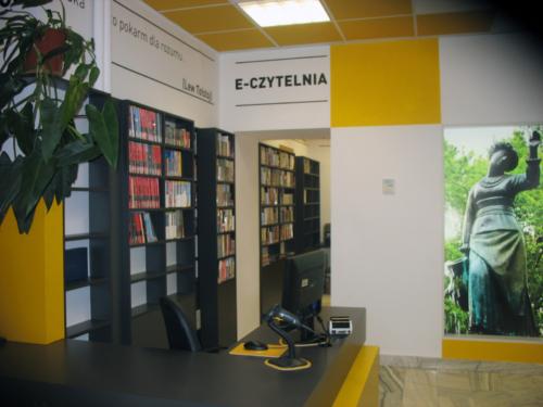 Czytelnia Naukowa nr 16 widok w środku na wejście do sali komputerowej - e czytelni
