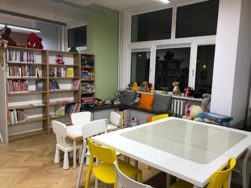 Biblioteka dla dzieci nr 15 widok na stoliki do odrabiania lekcji oraz kącik dziecięcy