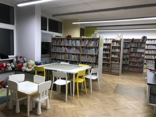 Biblioteka dla dzieci nr 15 widok na stoliki do odrabiania lekcji i regały