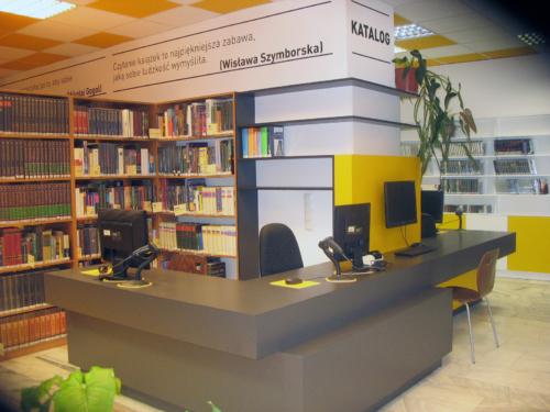 Czytelnia Naukowa nr 16 widok w środku na ladę biblioteczną