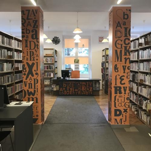 Wypożyczalnia nr 13 widok w środku na ladę biblioteczną