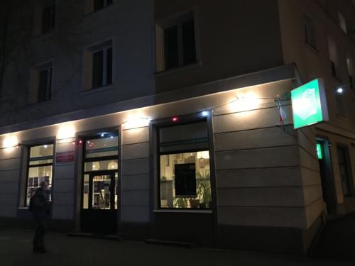 Czytelnia Pod Sowami widok z zewnątrz wieczorem na podświetlony budynek