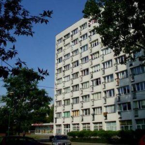 Widok z zewnątrz na blok, w którym mieszczą się biblioteka dla dzieci nr 15 oraz wypożyczalnia dla dorosłych nr 138