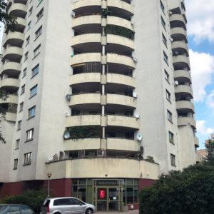 Widok z zewnątrz na budynek, w którym znajduję się wypożyczalnia nr 111