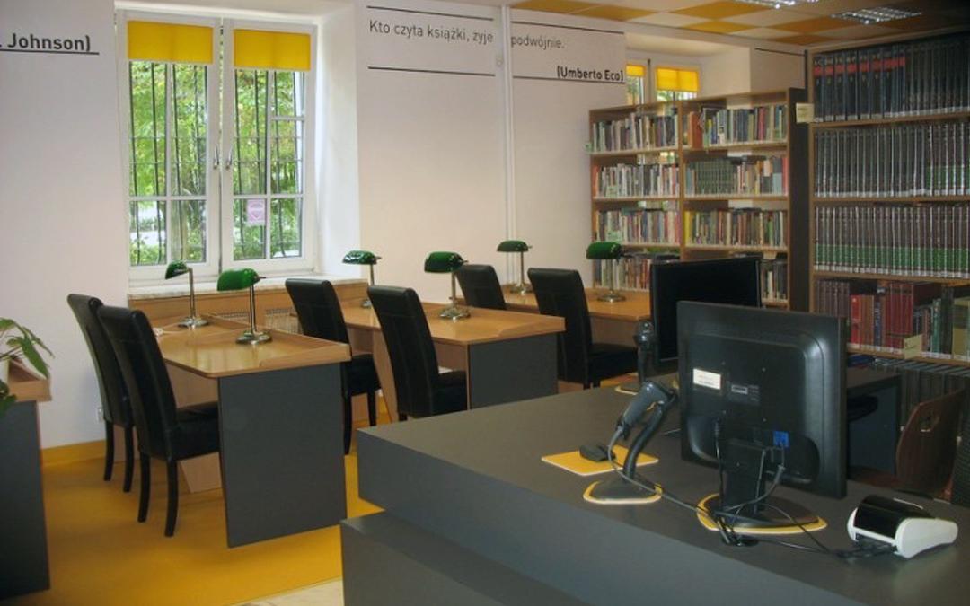 Czytelnia Naukowa nr 16 widok w środku na ladę biblioteczną i salę główną