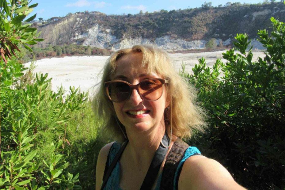Kobieta robi selfie na tle aktywnego wulkanu