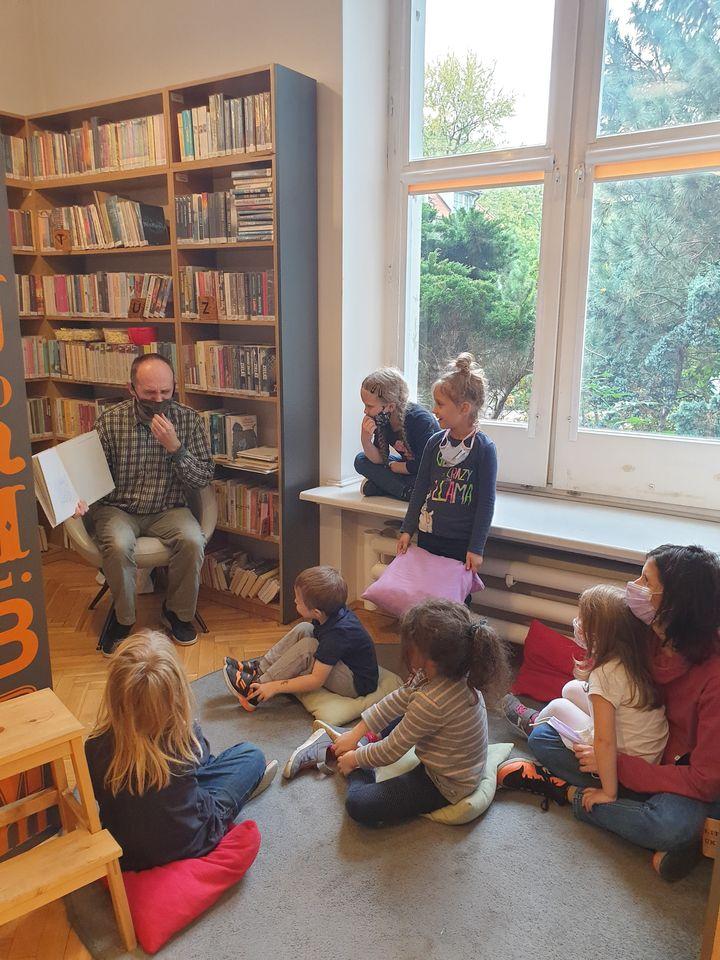 noc bibliotek - bibliotekarz czyta dzieciom bajki