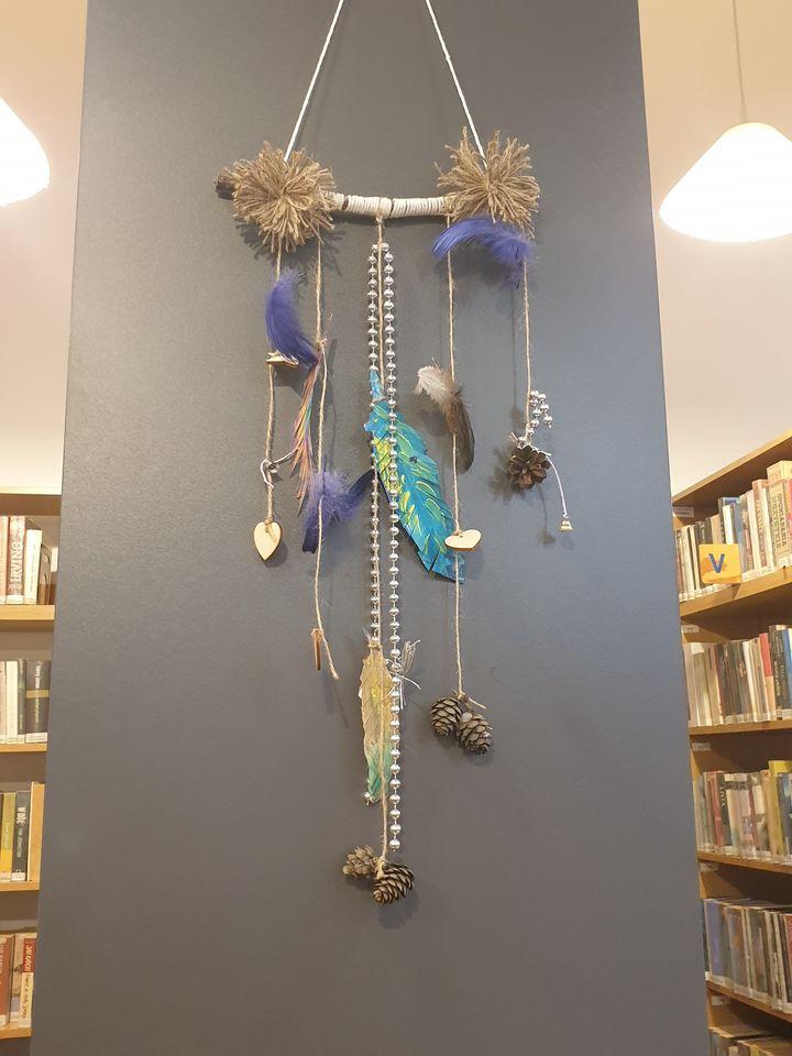 noc bibliotek - ozdoby z piór - gotowa praca