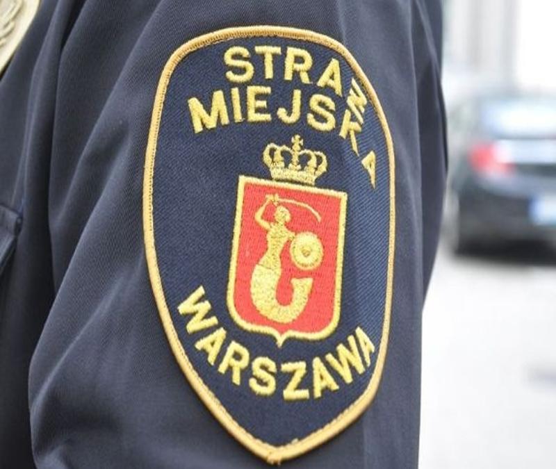 Zbliżenie na emblemat Warszawskiej Straży Miejskiej