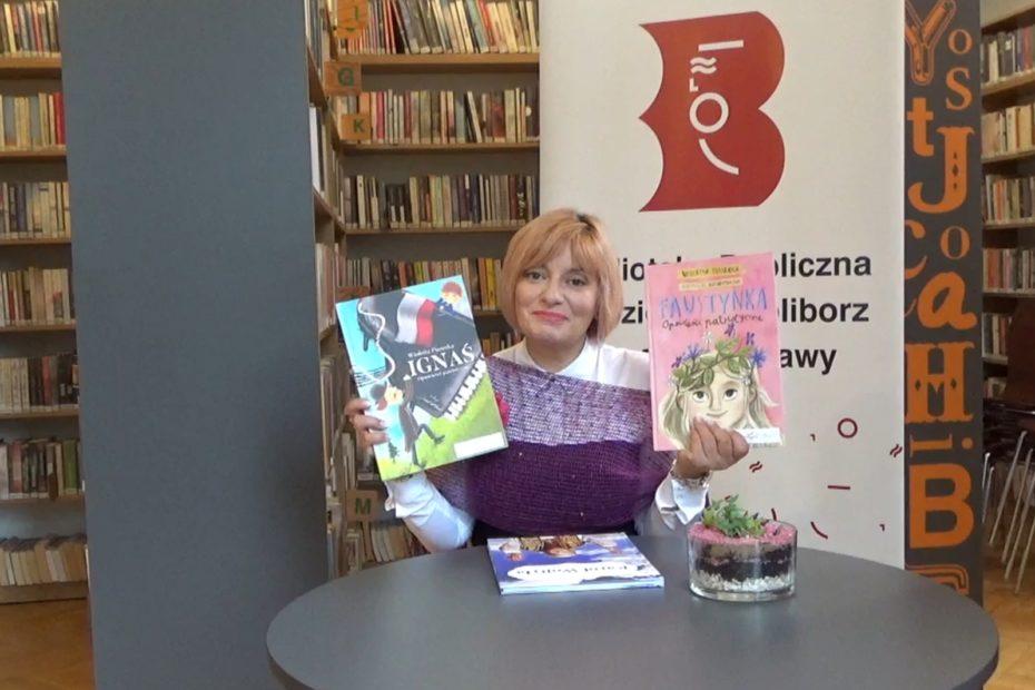Pisarka Wioletta Piasecka prezentująca swoje dwie ksiązki podczas nagrania spotkania autorskiego