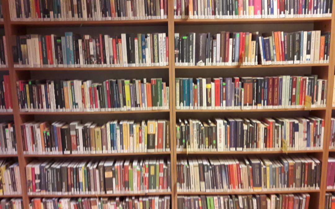 Fotografia przedstawia książki w Czytelni Naukowej nr XVI.