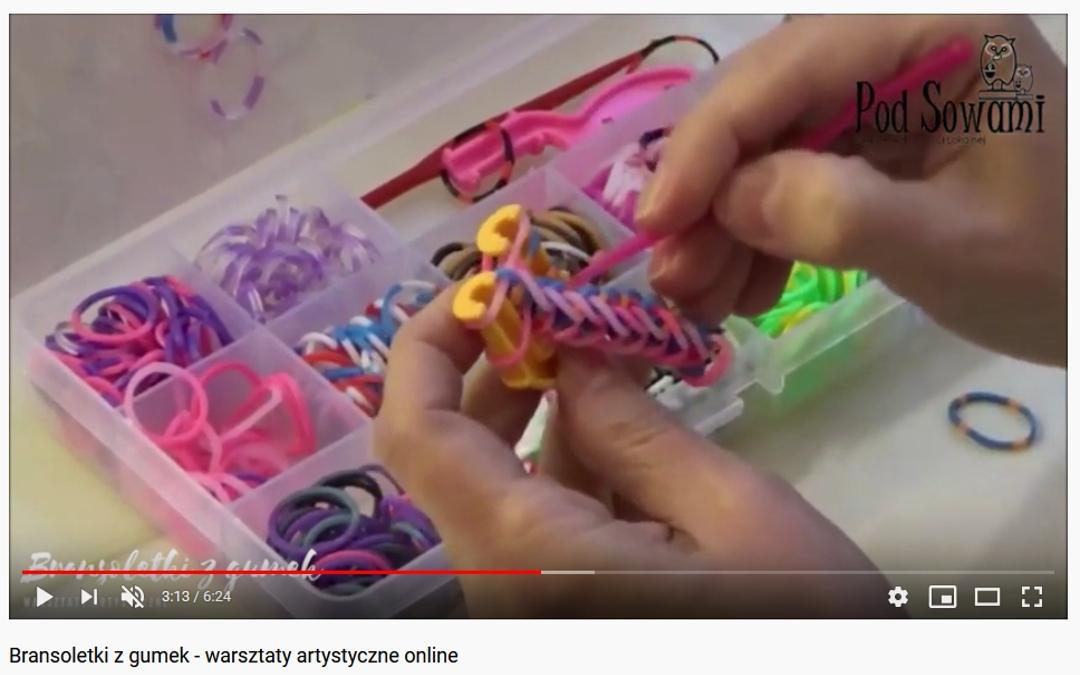 Kadr z filmu instruktarzowego bransoletki z gumek..