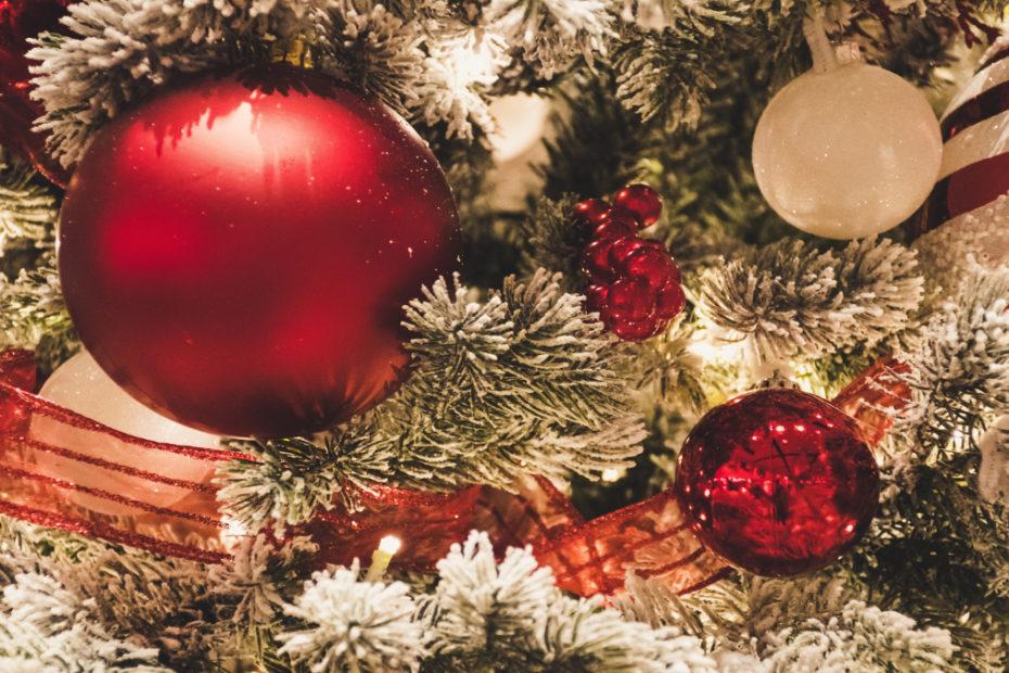 bożonarodzeniowy stroik z bombkami