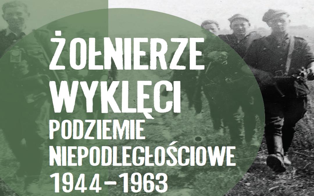 """Fragment tytułowej planszy wystawy """"""""Żołnierze Wyklęci. Podziemie niepodległościowe 1944–1963"""""""" przygotowanej przez Instytut Pamięci Narodowej."""