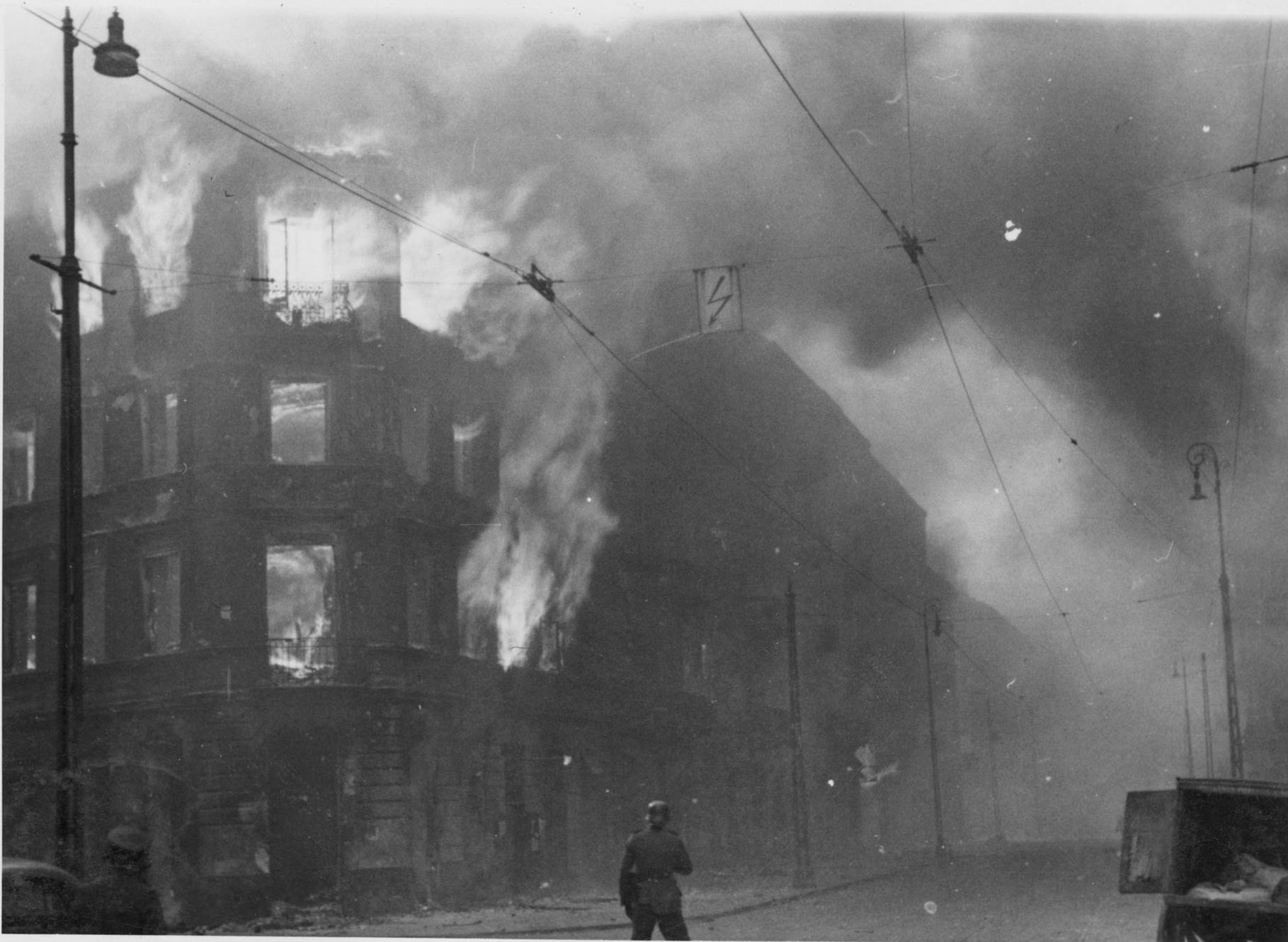 Fotografia z Raportu Stroopa. Płoną podpalone przez Niemców kamienice na skrzyżowaniu ulic Zamenhofa i Wołyńskiej