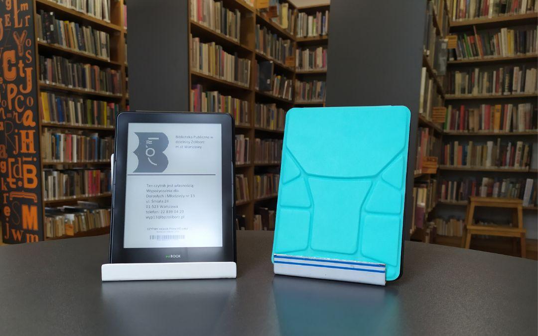 Dwa czyteniki ebooków. Jeden w niebieskim etui.