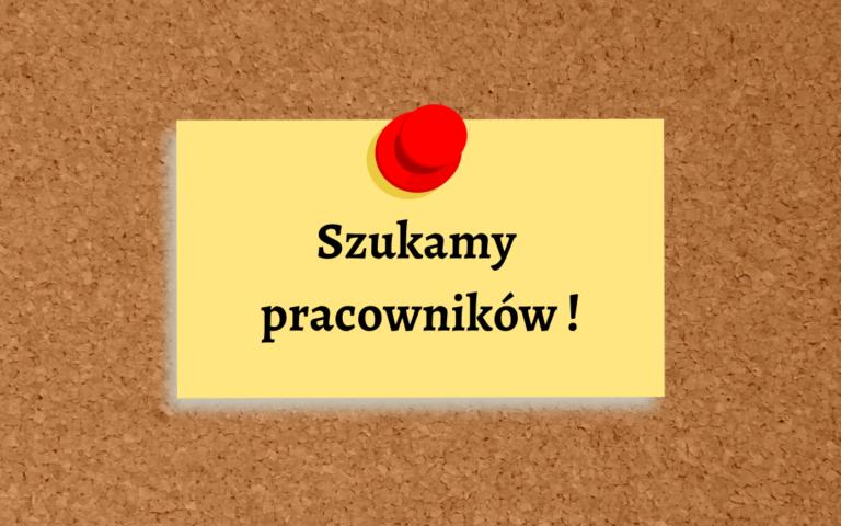 Tablica korkowa z przypiętą żółtą kartką z napisem szukamy pracowników