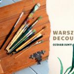 grafika wyróżniająca - zdjęcie pudełka drewnianego na którym położone są pędzle, obok na tle ozdobionym ilustracją kwiatów tekst warsztaty decoupage ozdabiamy doniczki